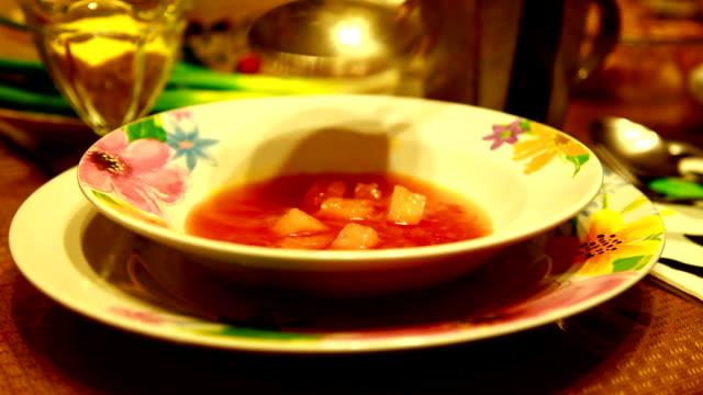 vídeos de stock e filmes b-roll de sopa de vermelho - concha utensílio de servir