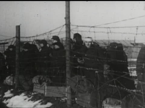 vídeos de stock e filmes b-roll de red square, kremlin, stalin and trotsky, soviet trial, soldiers put men in cattle cars on train, haggard looking prisoners behind barbed wire in... - anticomunismo