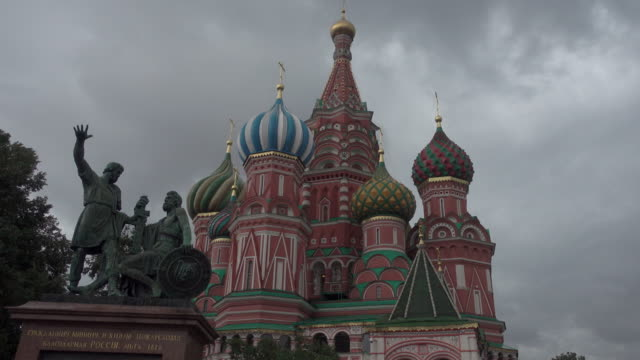 red square moscow with saint basil's cathedral - moskau stock-videos und b-roll-filmmaterial