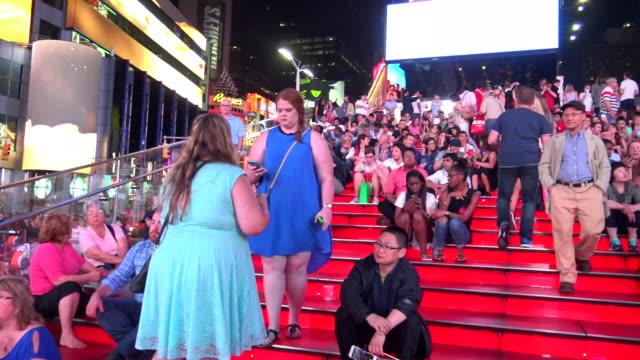 vídeos y material grabado en eventos de stock de tkts red steps, times square, new york city - 7th avenue