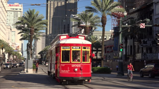 vídeos de stock, filmes e b-roll de red streetcar on canal street in downtown new orleans, louisiana - tram