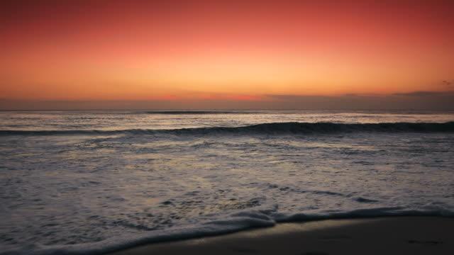 波を壊すと熱帯のビーチでの夕日 - 静かな情景点の映像素材/bロール