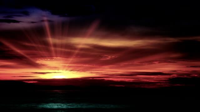 Rot Sonnenuntergang über dem Meer in die Wolken