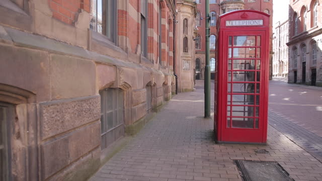 red telephone box in lace market district, nottingham, england, uk, europe - 電話ボックス点の映像素材/bロール