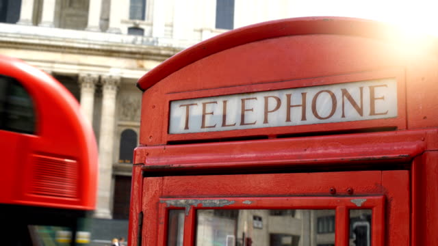 red telephone in london - autobus a due piani video stock e b–roll