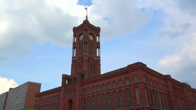 vídeos de stock e filmes b-roll de red town hall, berlin, germany - rathaus