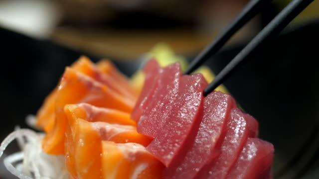 vídeos de stock e filmes b-roll de red tuna sashimi - sashimi