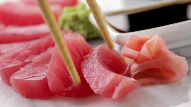 vídeos de stock e filmes b-roll de atum vermelho sashimi - sashimi