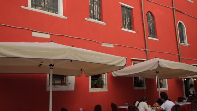 mh td red wall and sidewalk cafe / venice, italy - awning stock videos & royalty-free footage
