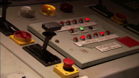 vídeos y material grabado en eventos de stock de a red warning light flashes above a control panel that explodes with sparks and smoke. - mensaje de error