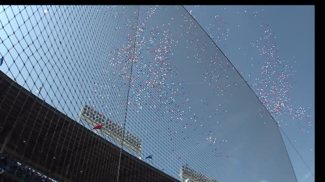 red, white and blue balloons are released into the air at the 100th anniversary celebration for wrigley field stadium on april 23, 2014 in chicago,... - 一百週年紀念 個影片檔及 b 捲影像
