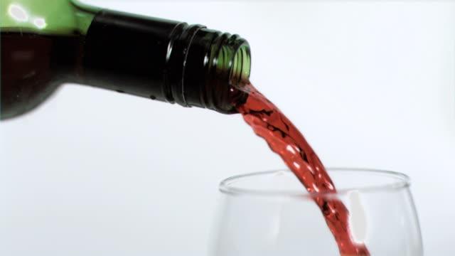 vídeos y material grabado en eventos de stock de red wine being poured in super slow motion - botella de vino