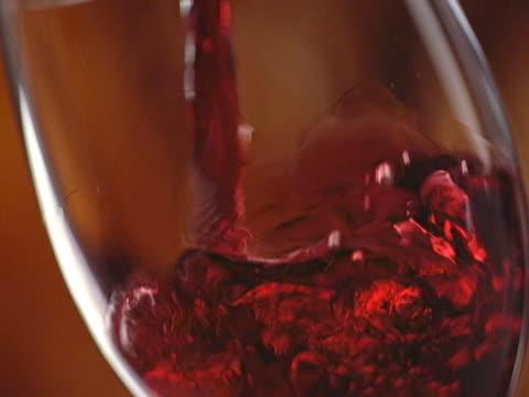 vídeos de stock, filmes e b-roll de vinhos tintos em taça falls .vino tinto cae copa - vino