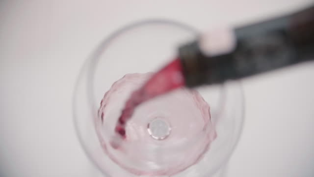 vidéos et rushes de red wine is poured in a glass at a resort hotel. - verre à vin