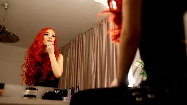 vidéos et rushes de rouge femme - rouge à lèvres rouge