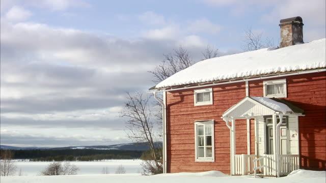 vidéos et rushes de a red wooden house norrland sweden. - ensoleillé