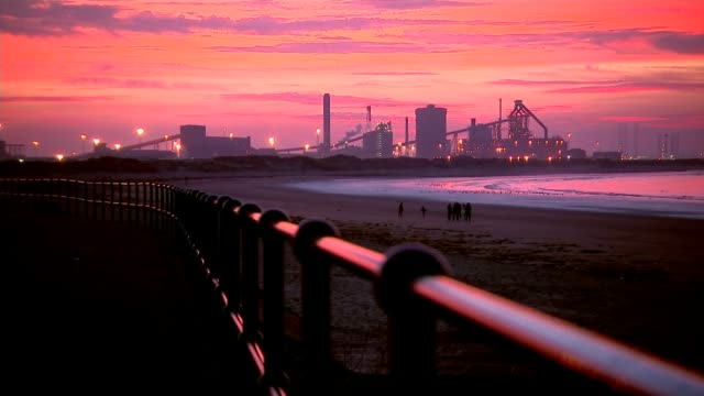 vídeos de stock, filmes e b-roll de redcar steel plant mothballed with loss of 1700 jobs; england: teesside: redcar: ssi steelworks: ext / dusk gv sunset over river tees gvs steelworks... - tees river
