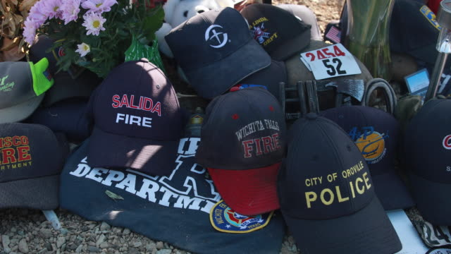 vídeos de stock, filmes e b-roll de redding, california, usa: a memorial for redding firefighter jeremy stoke, 37 years old, is erected along buenaventura boulevard where he died after... - 2018