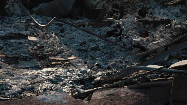 vídeos y material grabado en eventos de stock de redding, california, usa: charred remains homes in a neighborhood off buenaventura boulevard after the carr fire in redding. the carr fire destroyed... - 2018