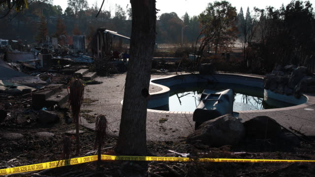vídeos de stock, filmes e b-roll de redding, california, usa: charred remains of a home surround a swimming pool in a neighborhood off buenaventura blvd in redding. the carr wildfire... - 2018