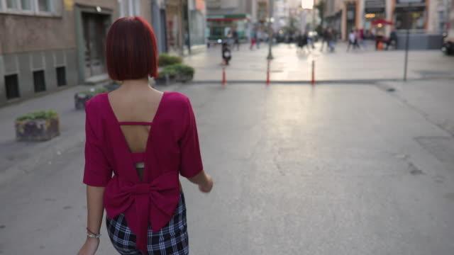 rothaarige schönheit innenstadt - bluse stock-videos und b-roll-filmmaterial