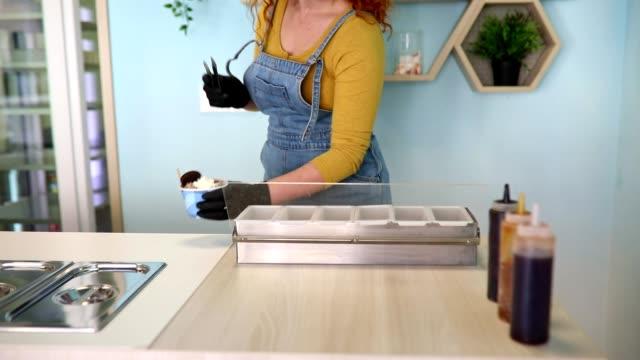 赤毛女性アイスクリームの売り手 - 調理用へら類点の映像素材/bロール