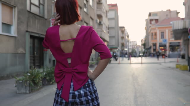 rothaarige lady innenstadt - bluse stock-videos und b-roll-filmmaterial