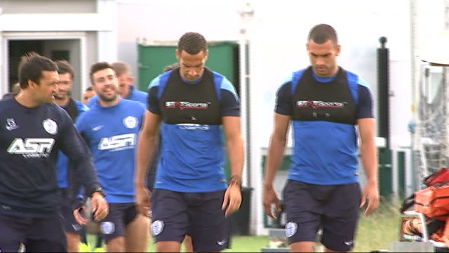 redknapp defends rio ferdinand after ban and fine for twitter comments; england: london: harlington: ext quen park rangers players, including rio... - ハリー レッドナップ点の映像素材/bロール