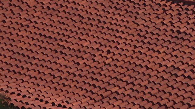 vidéos et rushes de cu red-tiled rooftop of the santa barbara courthouse / santa barbara, california - toit en tuiles