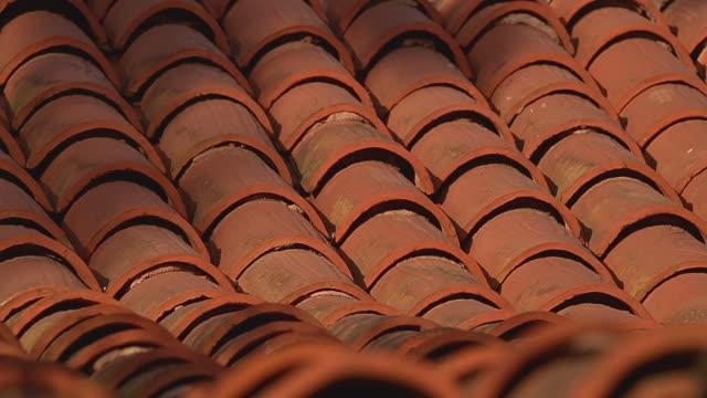 vidéos et rushes de cu red-tiled rooftop / santa barbara, california - toit en tuiles