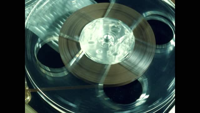 vidéos et rushes de reel to reel tapes rotating on tape recorder - matériel d'enregistrement