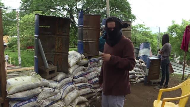 reemplazando los libros por morteros caseros cientos de estudiantes ocupan el campus de universidad nacional de nicaragua en managua y otros centros... - managua stock videos & royalty-free footage