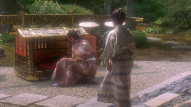 vídeos de stock e filmes b-roll de reenactment high speed medium shot dolly shot boy entering palanquin / men bowing and carrying him off / japan - samurai