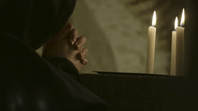 vídeos de stock, filmes e b-roll de reenactment of benedictine monk praying in candlelight - reconstituição histórica