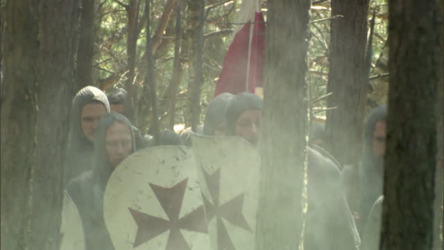 vidéos et rushes de td, ms, cu, reenactment of medieval crusaders passing through forest, vilnius, lithuania - reconstitution