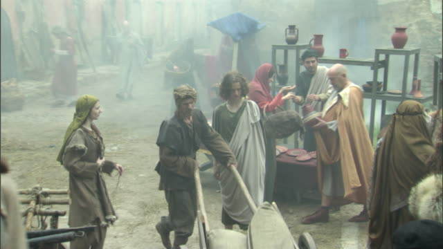vidéos et rushes de cs, ha, ms, reenactment of people at medieval outdoor market, vilnius, lithuania - reconstitution