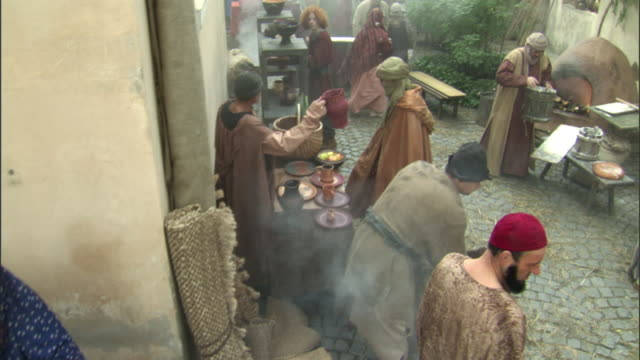 vídeos de stock, filmes e b-roll de cs, ha, ms, reenactment of people at medieval outdoor market, vilnius, lithuania - reconstituição histórica