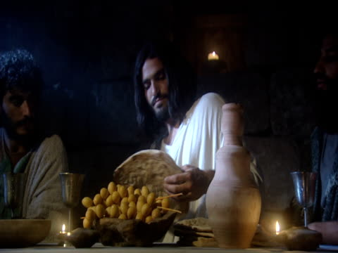 stockvideo's en b-roll-footage met a reenactment shows jesus and his disciples drinking wine with him at the last supper. - mid volwassen mannen