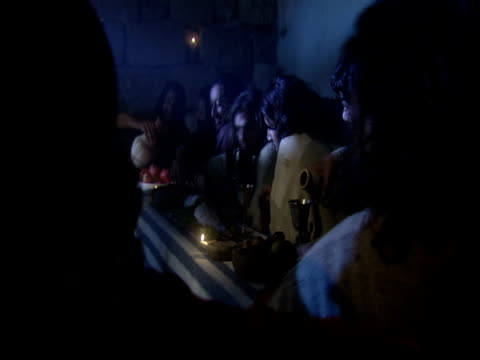 stockvideo's en b-roll-footage met a reenactment shows jesus listening to a disciple at the last supper. - mid volwassen mannen