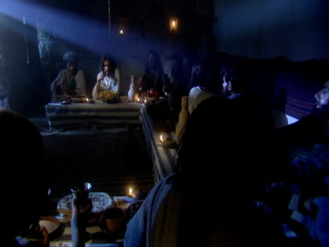 stockvideo's en b-roll-footage met a reenactment shows jesus talking to his disciples at the last supper. - mid volwassen mannen