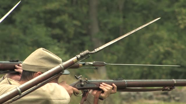 reenactors demonstrate confederate infantry movements on civil war battlefield gettysburg national military park on june 14 2008 in gettysburg... - gewehr stock-videos und b-roll-filmmaterial
