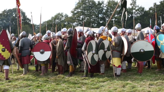 vidéos et rushes de re-enactors have gathered on the site of the 1066 battle to mark the 950th anniversary of the battle between the norman-french army of william, the... - battle