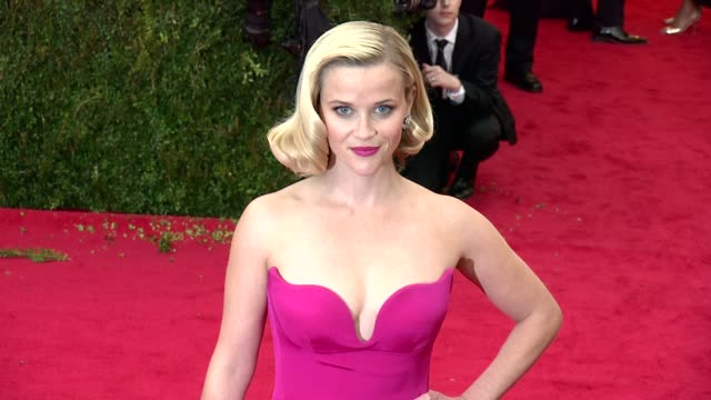 reese witherspoon at charles james beyond fashion costume institute gala arrivals at the metropolitan museum on may 05 2014 in new york city - platina bildbanksvideor och videomaterial från bakom kulisserna