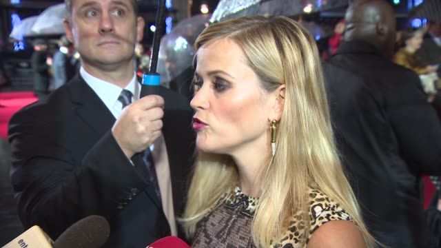 interview reese witherspoon on it being her hardest film so hard about being inspired by cheryl strayed and being liberated by wearing no makeup at... - berühmte persönlichkeit stock-videos und b-roll-filmmaterial
