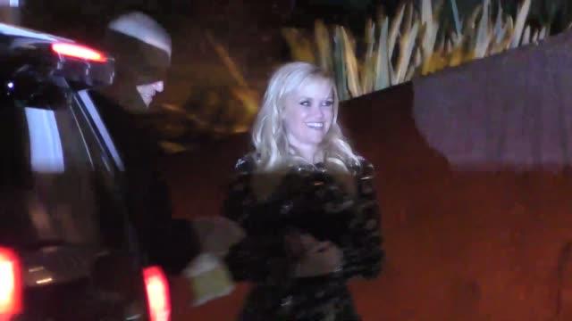 vídeos de stock e filmes b-roll de reese witherspoon outside the vanity fair oscar party in celebrity sightings in los angeles, - festa dos óscares da vanity fair