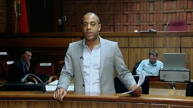reeva steenkamp death oscar pistorius in court reporter to camera - リーバ・スティンカンプ点の映像素材/bロール