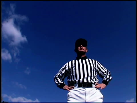 vidéos et rushes de referee calling offsides - un seul homme d'âge moyen
