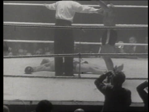 B/W referee counting knockout and declaring boxing winner / England / NO
