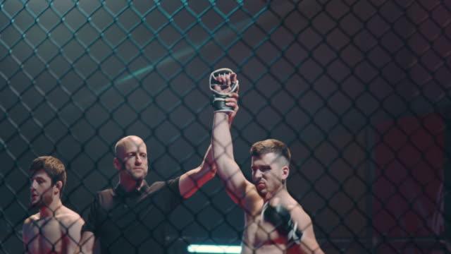 vídeos y material grabado en eventos de stock de el árbitro declaró al ganador después de la pelea mma. dentro del octágono - concursante