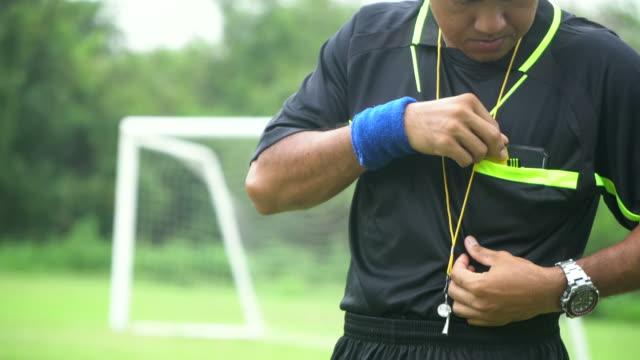 審判の手は赤いカードを示す: スローモーション - スポーツの判定員点の映像素材/bロール